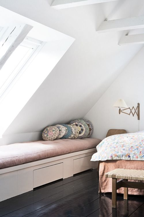 Inspiratie loungeplek op zolder in het middendeel, onder schuine kap.  Maar dan met iets strakker matras en vierkante/rechthoekige kussens en/of rugkussens. lovely loft apartment in Copenhagen (via The Apartment)