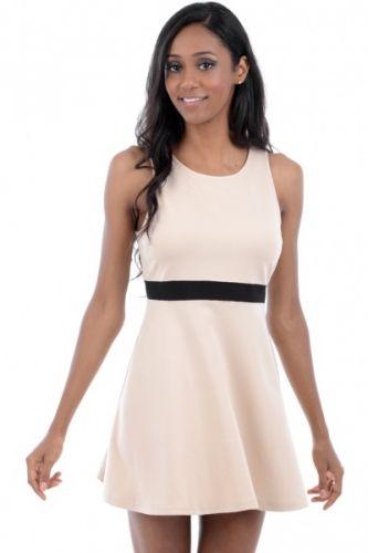 Lårkort beige skater kjole med sort belt sydd inn i livet. Kjolen er ermeløs og er laget av elastisk materiale.