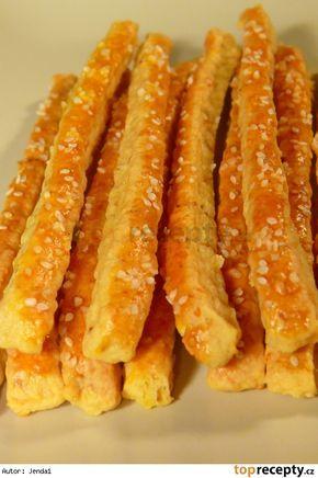 TNT - tuze návykové tyčinky :-)50 dkg hladké mouky 25 dkg uzeného sýru 15 dkg másla 5 dkg hery nebo zlaté hané 5 dkg sádla 1 šlehačka česnek 1 - 2 lžičky soli 2 lžičky grilovacího koření - raději už bez soli 1 prášek do pečiva 1 žloutek 1 vajíčko na potření sezam drcený kmín