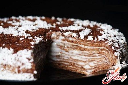 Шоколадный блинный торт:  Ингредиенты:      мука — 175 граммов     разрыхлитель для теста — чайная ложка     60 граммов какао-порошка     сахар — 125 граммов     3 грамма соли     растительное масло     ванильный экстракт 15 граммов     молоко — 350 миллилитров     33% сливки — 230 миллилитров     сахарная пудра — 30 граммов     растопленный шоколад — 90 граммов