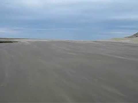 Un luogo lunare, ai confini del mondo, dove di solito abitano solo vento, sabbia, oceano e leoni marini.
