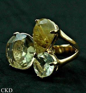 Anel com pedras de quartzo folheado a ouro!! www.ckdsemijoias.com.br