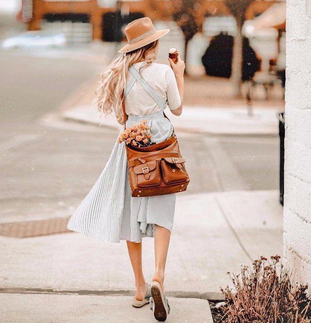 Muchas firmas de moda han lanzado diferentes modelos de faldas midi con tirantes para esta temporada. Hay modelos con tirantes finos, anchos, con tirantes que se cruzan en la espalda, con volantes, tirantes con nudos o lazos…