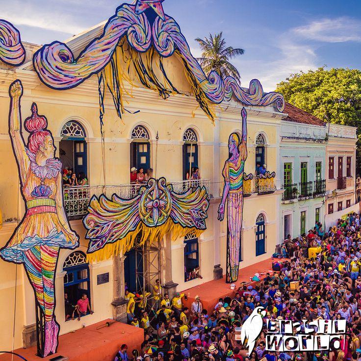 Chiese barocche e vivaci casette in stile neocoloniale fanno da sfondo alla musica, alle danze, ai brindisi con la cachaça  e alle sfilate caratterizzate dai bonecos gigantes del carnevale d'autore di #Olinda, gioiello architettonico #UNESCO nel nordest del #Brasile.