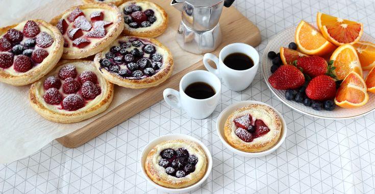 Vytiahnite lístkové cesto a pripravte si s nami tieto neodolateľné koláčiky. Môžete použiť akékoľvek ovocie - broskyne, marhule, jablká, hrušky či hrozno.