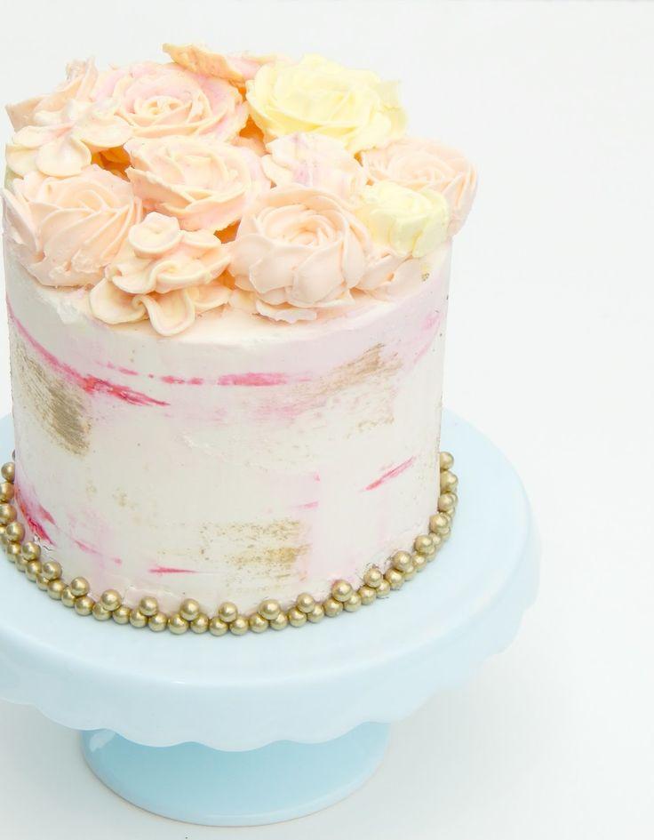 Desde hace tiempo quería mostrarles esta torta. Las adoro! Son tan románticas y sus combinaciones son infinitas. Desde las flores No ...