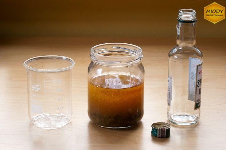 Wszystkie składniki nalewki propolisowej są wymieszane. Teraz należy odczekać 2 tygodnie. Po upłynięciu tego czasu nalewka jest gotowa do użytku.