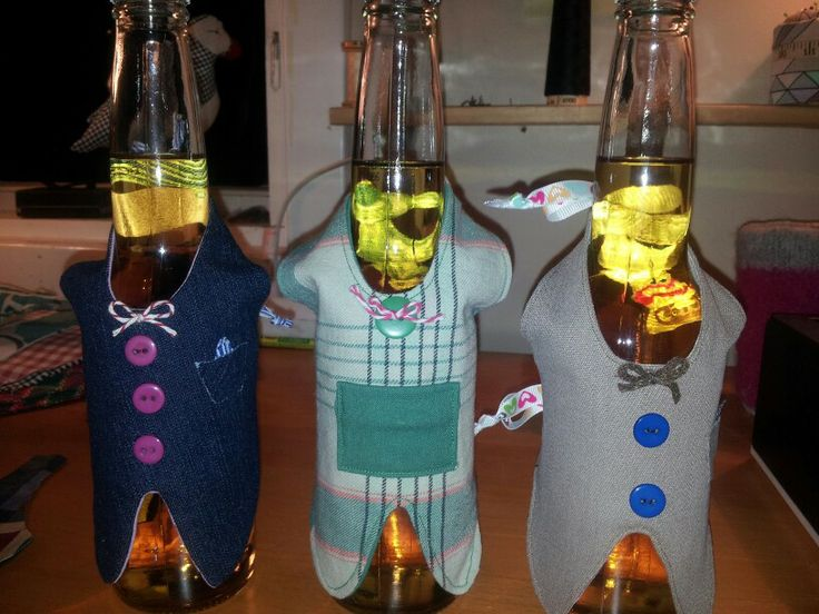 Dresskledde ølflasker.