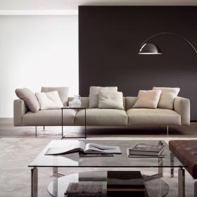 P-2998 A-2990 M-2997 Siso ambiente Lampa podłogowa do holu, apartamentu, sypialni, salonu, pokoju dziennego, korytarza. Lampa podłogowa Pluma o smukłej i eleganckiej stylistyce mocowana jest na specjalnym wysięgniku. Klosz z tworzywa lakierowany na wysoki połysk w kolorze białym lub czarnym.