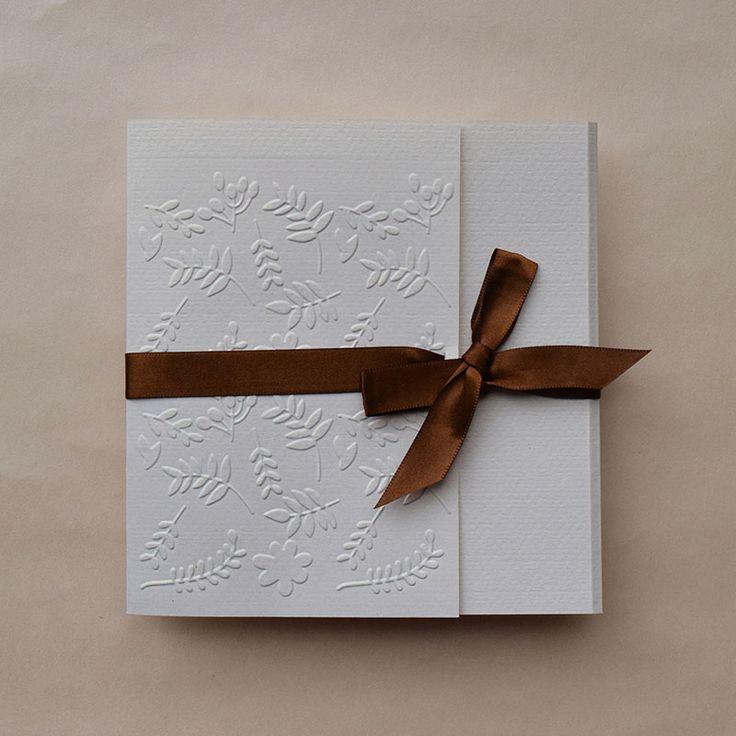 Invitación de boda civil, con moño en color café, el color del moño y del papel puede ser personalizado.