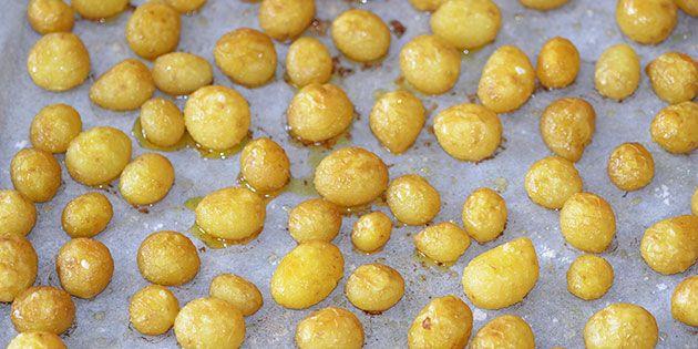 Utroligt lækker opskrift på nye kartofler lavet i ovn, så de får en skøn sprød overflade. De kan klart anbefales.