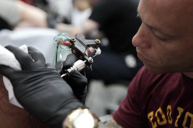 """Muita gente tem dúvidas ainda sobre cicatrização de tatuagem, ou acham que as recomendações que os artistas passam logo depois do trabalho feito, são de enfeite e que deixar de fazer alguma coisa não tem problema. Ou tem algumas MUITAS dúvidas sobre o antes e o depois da tatuagem pronta, e nós preparamos uma matéria...<br /><a class=""""more-link"""" href=""""https://catracalivre.com.br/geral/fotografia/indicacao/tatuagem-tudo-que-voce-sempre-quis-saber-do-procedimento-ate-a-cicatrizacao/"""">Continue…"""