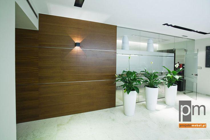 Widoczne na zdjęciu panele naścienne w holu i dalszej części korytarza zgodnie z koncepcją pokryliśmy naturalną okleiną sapeli. http://www.projektmebel.pl/meble-biurowe-do-kancelarii--od-drzwi-do-biurka