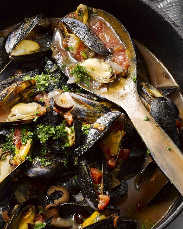 We maken mosselen al gauw klassiek klaar met ui en selder, maar probeer deze heerlijke Zuiderse versie eens met tomaten en olijven. Verrassend!