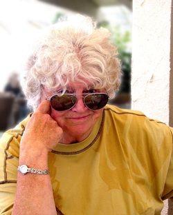 Patricia Nell Warren nasceu em 1936 e cresceu no Rancho Grant-Kohrs, em Deer Lodge, no Montana. Trabalhou durante 20 anos como editora da Reader's Digest. Conhece bem a Europa, onde residiu vários anos. Ao longo dos anos, como autora de ficção e não ficção, publicou nove livros, incluindo o best-seller de temática gay, The Front Runner, que entrou para a lista de livros mais vendidos do New York Times.