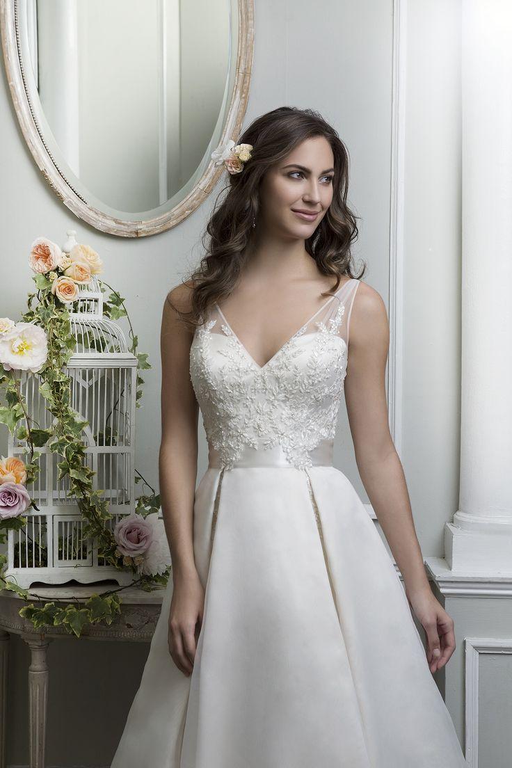 Rochia de mireasa Lillian West 6372 este croita in stil printesa din dantela, tul si organza.  Culori disponibile: Pearl/Silver, White/Silver