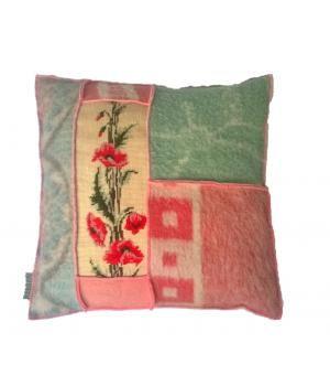 kussen met hoes van wollen dekens en een vintage borduurwerk met rozen. Het kussen heeft een knoopsluiting aan de achterkant en een stevig binnenkussen. De afmeting is 50-50 cm.