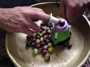 Ev Yapımı Çizme Yeşil Zeytin    -  Dilek Erol #yemekmutfak Evde çeşitli yöntemlerle yeşil zeytin yapabilirsiniz. Artık çoğu semt pazarında, hatta marketlerde bile taze zeytin satılıyor. Ağaçtan topladığınız, yahut pazardan aldığınız taze zeytinlerle gönül rahatlığıyla yiyebileceğiniz, temiz, sağlıklı zeytinler kurabilirsiniz. Yeşil zeytin kırma, çizme veya bütün olarak kullanılabilir.