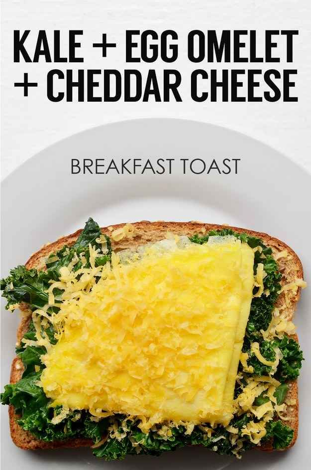 Col rizada salteada + omelet de un huevo + queso Cheddar rallado | 21 ideas de tostadas energéticas para el desayuno