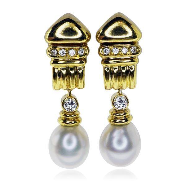 Diamanten-Ohrstecker sind mehr als nur ein Luxus-Signal! Bildschön, verführerisch und facettenreich funkeln sie um die Wette. Die goldene Kuppel mit Säule, ist besetzt mit jeweils 4 Diamanten mit insgesamt 0,237 ct. Den beweglichem Anhänger schmückt ein jeweils ein #Diamant mit insgesamt 0,248 ct sowie ein jeweils eine Zucht-#Perle mit einem Durchmesser von 10,96 mm. Die kostbaren Edelsteine wurden im Pavee gefasst. Die #Ohrstecker sind aus 18 kt. #schmuck #pearls #jewels #vintage