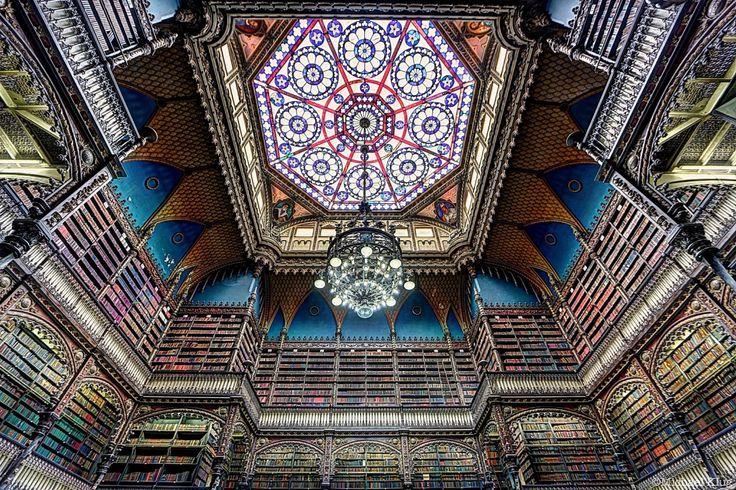 É um autêntico paraíso repleto de livros! Fica no Rio de Janeiro e é uma das mais belas bibliotecas do mundo. Falamos do Real Gabinete Português de Leitura.