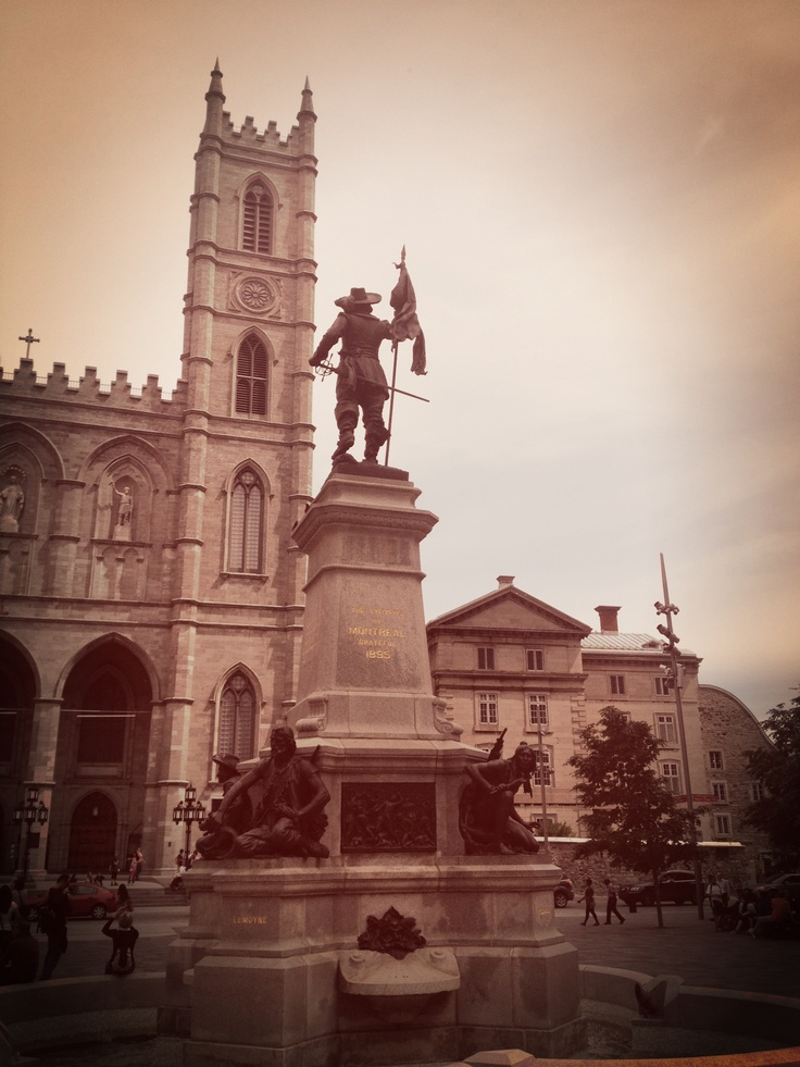 En el corazón de La Place D'Arms, la estatua de  Paul de Chomedey, Siur de Maisonneuve. Este oficial militar de origen francés fundó Montreal en 1642.