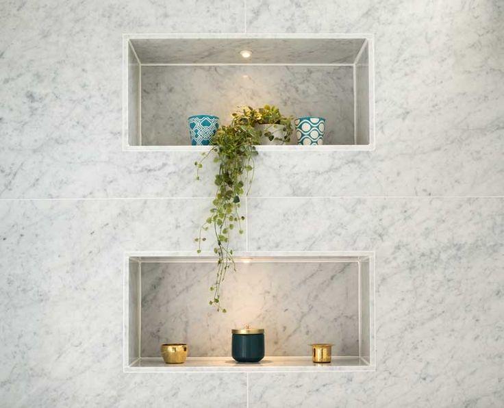 Fina inbyggda hyllor i dusch eller bakom wc