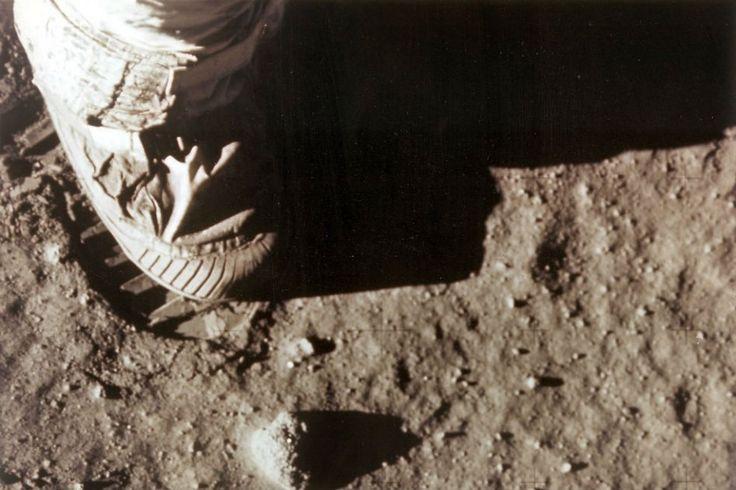 A las 2.56 (hora internacional UTC) Neil Armstrong, comandante de la misión Apolo 11, pisa la superficie lunar; y poco después lo hace Edwin E. Aldrin.