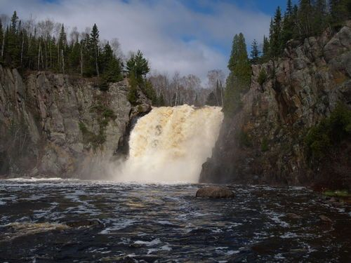 Parcul Tettegouche.Explorează Lacul Superior din Parcul Tettegouche, Minnesota. Vizitatorii pot merge pe drumurile sale pitoreşti, se pot căţăra pe stânci, pot privi păsările şi, de asemenea, pot înota.
