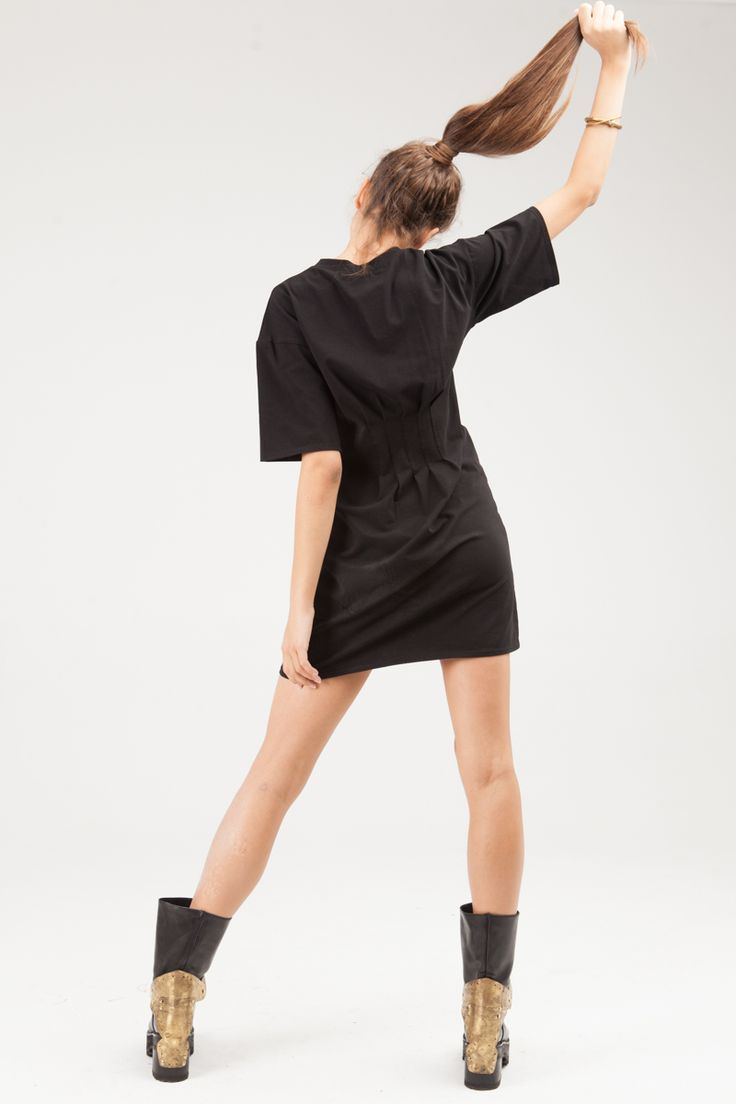 Slim fitted T-shirt with a narrow neckband and pintucks on the front and on the back. Loose sleeves to the elbow.#mariashi #fashion #newcollection #nofilter #outfit #outfitoftheday #outfits #outfitpost #clothes #fashionista #fashiondesigner #shopping