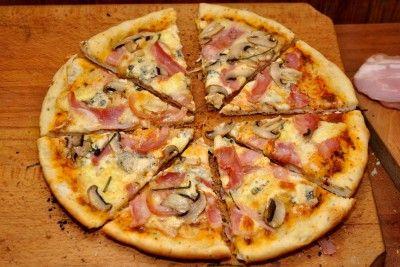 pizza de casa cu blat subtire si aromat