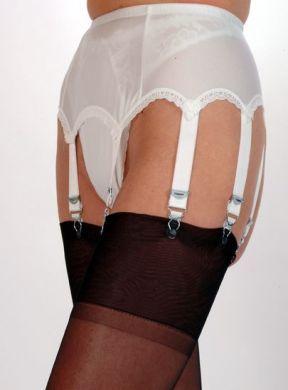 Nylondreams jarretelgordel 8 straps wit. De 6 strap Vintage Style Jarretelgordel in mooie zachte gladde voor en zijkanten.   Door de 6 straps en metalen clips heeft u een nog beter draagcomfort voor uw kousen. Verkrijgbaar in alle maten:
