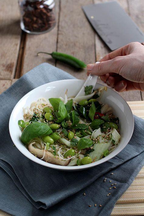 Dit recept voor Vietnamese Pho noedelsoep is snel, makkelijk en heel gezond. Deze pho noedelsoep is vegetarisch. Versier je kom met je favoriete toppings.