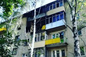 В Тамбове во время пожара мужчина выпрыгнул из окна четвертого этажа.  В Тамбове на улице Карла Маркса в доме 238 б ночью 11 июля произошёл пожар. Сообщение о возгорании поступило на пульт дежурного МЧС в 00:38. Пожарные боролись с огнём 40 минут. Во время пожара хозяин загоревшейся квартиры на четвёртом этаже выпрыгнул из окна. Со слов соседей в тот день у него в квартире была гулянка 40-летний пострадавший выпивал вместе с компанией. После того как гости ушли он решил закурить и устроил…