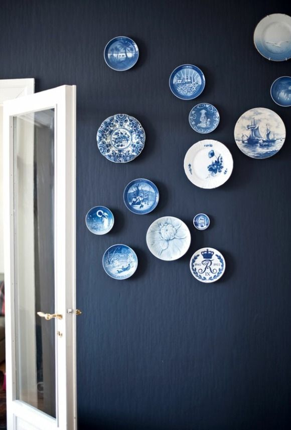 8zz10Via+Bobedre+dishes+on+the+wall+navy+blue+and+white+commemorative+dishes+of+the+royal+wedding+royal+dishes.jpg (580×858)