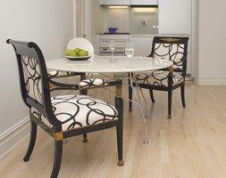 Stół Glossy (Kartell) oraz krzesła obite nowoczesną tkaniną. - zdjęcie od DZIURDZIAprojekt