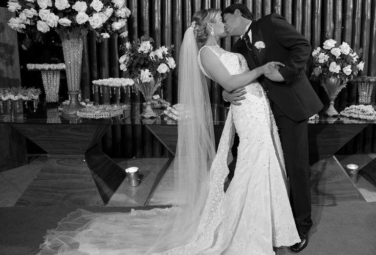 O casamento em Ipatinga MG da Dani e do Rodolfo foi uma perfeita combinação do rústico com o clássico. Tudo branco e verde e com muito bom gosto.