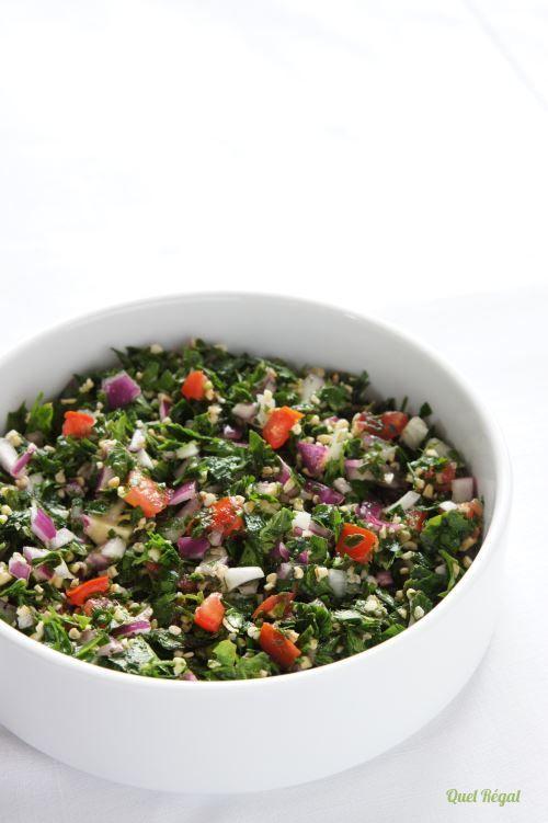 Le taboulé que nous connaissons tous autour de nous est à base de semoule de couscous agrémentée de quelques herbes et tomates. Il n'a rien à voir avec le plat original, le taboulé libanais, dans l...