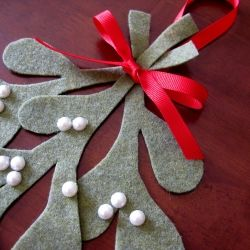 Make your own Mistletoe Tutorial @Stay-at-Home Artist: I've never been thrilled with the mistletoe decorations offered commercially. They're always too...plasticky. (Yuck.) So i decided to make my own!