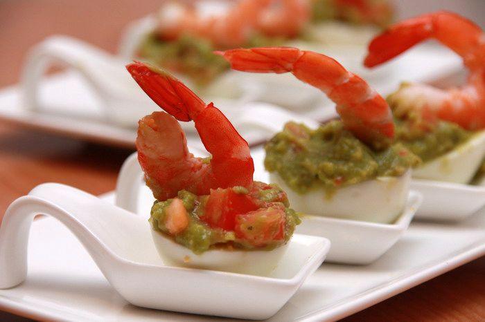 Яйца с гуакамоле и креветками, Фаршированные кальмары с соусом, Чечевица с кальмарами в горчичном соусе
