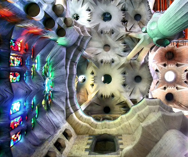 This is the ceiling of Sagrada Família cathedral in Barcelona - Aquest és el sostre de la catedral de la Sagrada Família a Barcelona
