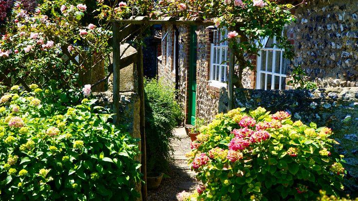 Küçük Bahçeler İçin Dekorasyon Önerileri. Eğer büyük bir bahçeye sahipseniz, küçük ya da büyük tarz eşyalarından hangisinin konulacağına karar verirsiniz...