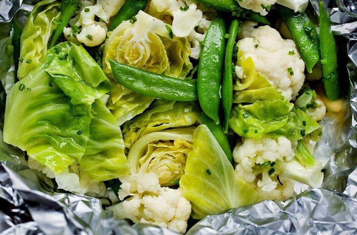 Velg de grønnsakene du liker og som er i sesong. Her har Brimi brukt blomkål, nykål og sukkererter. Perfekt sommermat som egner seg både som en egen rett og som tilbehør.