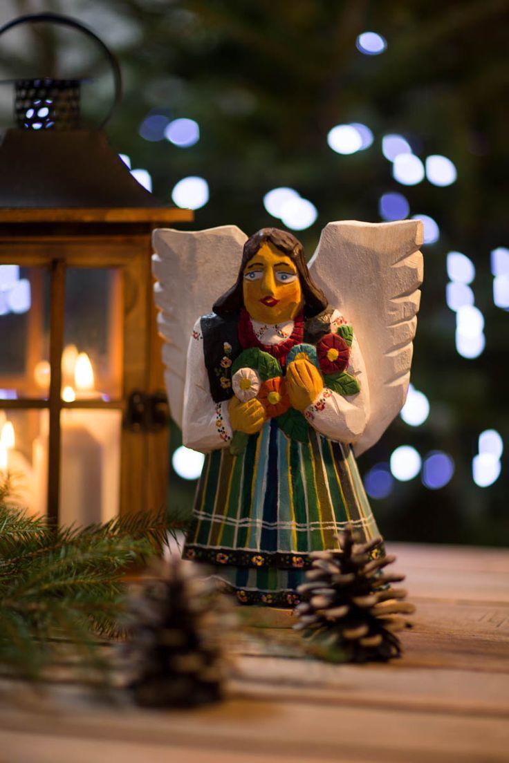 Rzeźba z drewna - rękodzieło - anioł łowicki z kwiatami - 25 cm