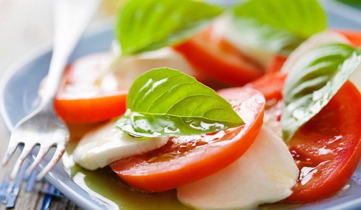 Oggi la ricetta è l'insalata alla caprese o, semplicemente, la Caprese. È una ricetta estiva, tipica dell'Italia del sud, rinfrescante e che, a secondo delle dimensioni, può essere un p…