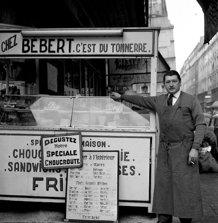 Robert Doisneau - Bébert, traiteur de rue, Paris, Décembre 1959.