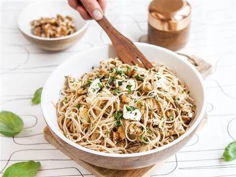 Fetaosttoppad pasta med citron och kronärtskockor