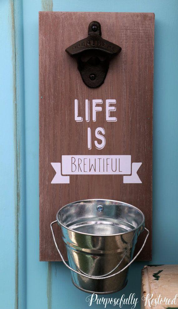 """Abrebotellas montado en pared.  """"La vida es BREWTIFUL"""" personalizable."""