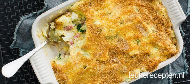 Heerlijke stevige ovenschotel met bloemkool, aardappelpuree en spek onder een krokant korstje