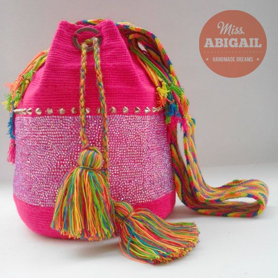 Mochila Wayuu adornada por MissAbigailShop en Etsy, $180.00